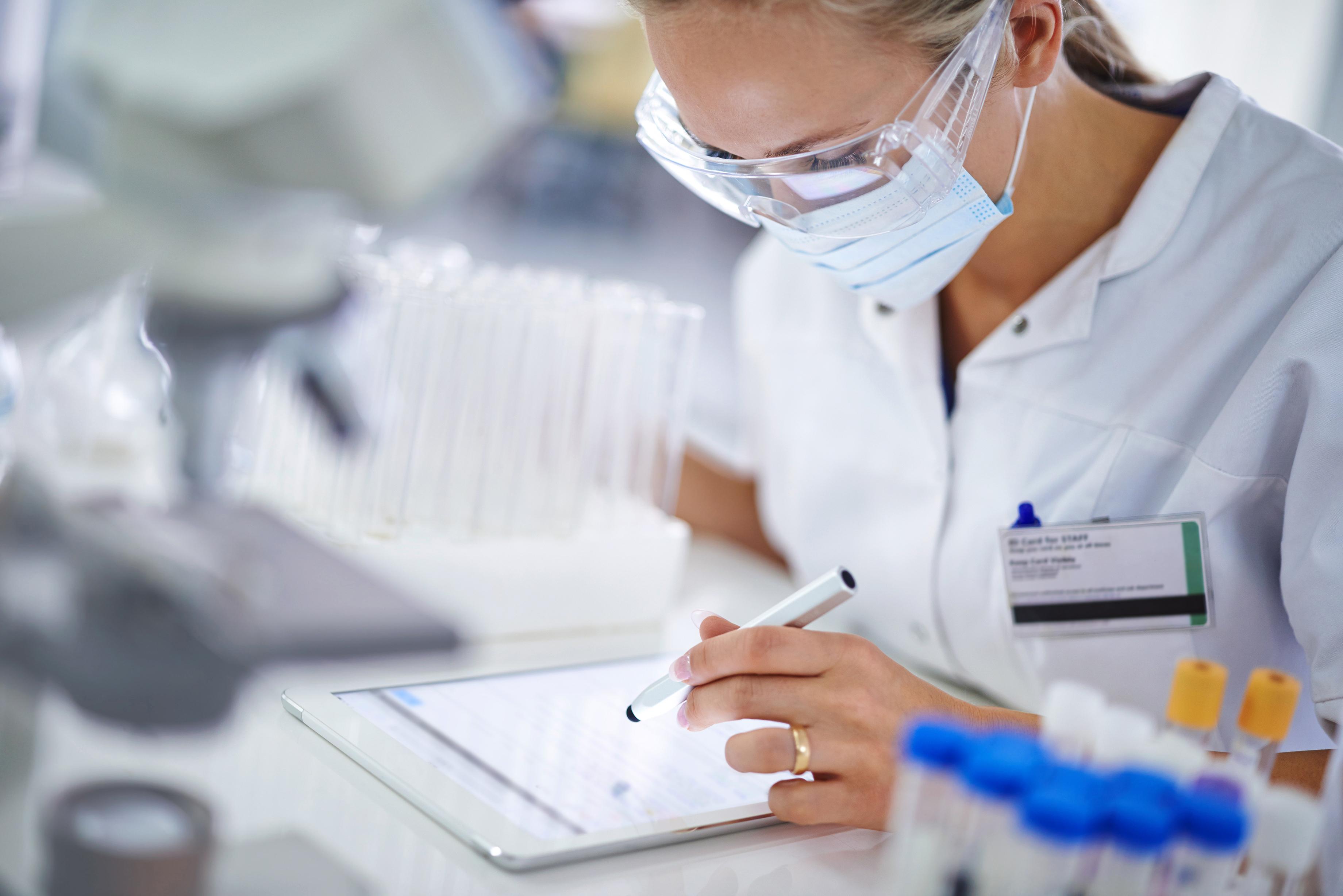 ALL_labtech_woman_tablet_rgb_150